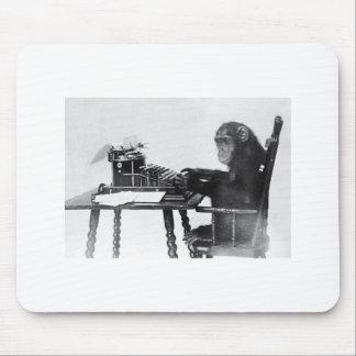 Mono que mecanografía tapetes de raton