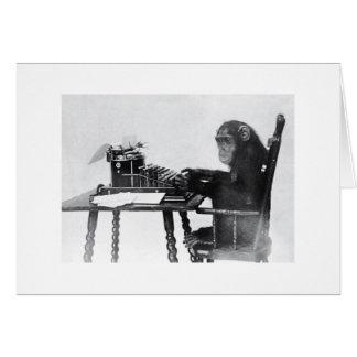 Mono que mecanografía tarjeta de felicitación