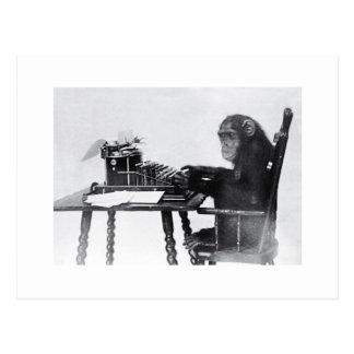 Mono que mecanografía postales