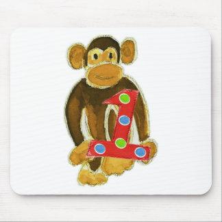 Mono que sostiene uno alfombrilla de ratón