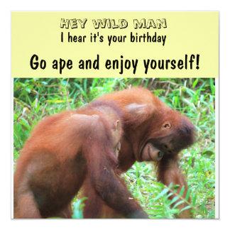 Mono que va del cumpleaños del hombre salvaje invitación 13,3 cm x 13,3cm