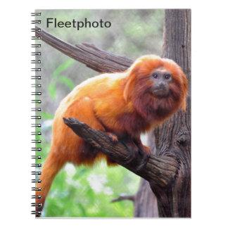 Mono rojo solo de la hoja libros de apuntes
