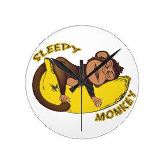 Mono soñoliento relojes de pared
