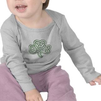 mono tribal verde del niño del trébol camisetas