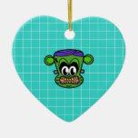 Mono verde de Frankenstein en la teja azul Adorno De Cerámica En Forma De Corazón