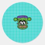 Mono verde de Frankenstein en la teja azul Etiquetas Redondas