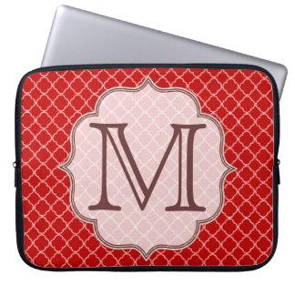 "Monograma 15"" de Quarterfoil del rojo carmesí caja Mangas Computadora"