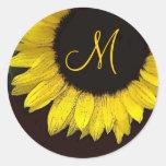 Monograma amarillo alegre del boda del girasol pegatina redonda
