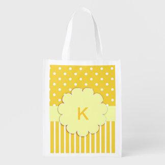 Monograma amarillo con el bolso de ultramarinos de bolsas reutilizables