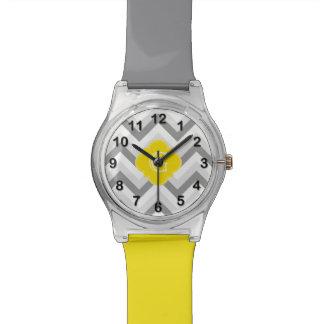 Monograma amarillo de Chevron del Lt dos blanco Reloj