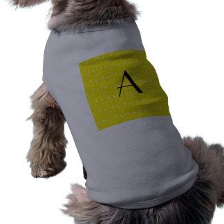 Monograma amarillo de los corazones camisa de perro