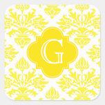 Monograma amarillo de Quatrefoil del amarillo del  Pegatinas Cuadradas