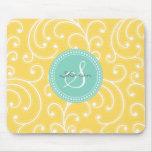 Monograma amarillo femenino elegante del estampado alfombrillas de ratones