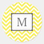 Monograma amarillo y blanco del personalizado de etiqueta redonda