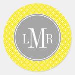Monograma amarillo y gris del modelo de los círcul pegatina