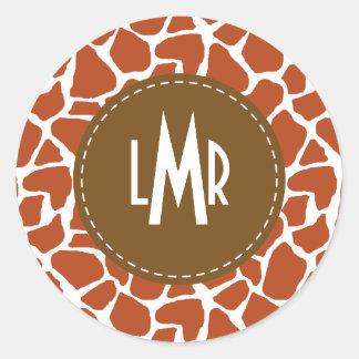 Monograma anaranjado del modelo de la jirafa pegatinas redondas