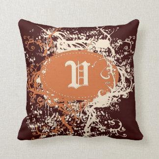 Monograma anaranjado retro U del modelo de Brown Cojín