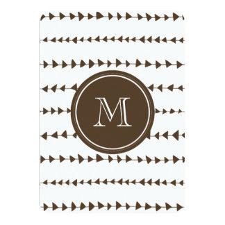 Monograma azteca blanco de las flechas de Brown Invitación 11,4 X 15,8 Cm
