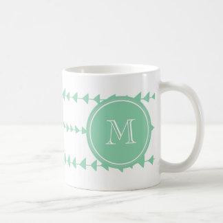 Monograma azteca blanco de las flechas de la verde taza básica blanca