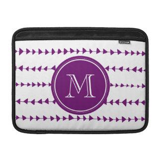 Monograma azteca blanco púrpura de las flechas fundas MacBook