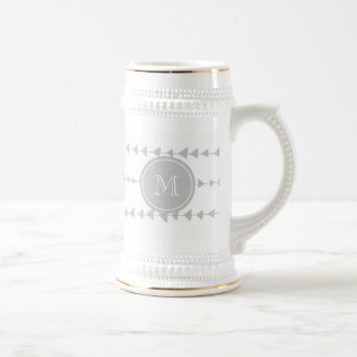 Monograma azteca de las flechas del blanco gris jarra de cerveza