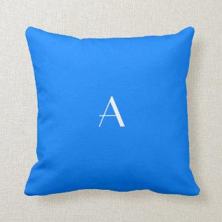 Monograma azul azul del blanco de la almohada w