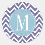 Monograma azul claro y púrpura del personalizado d etiquetas redondas