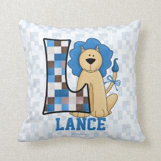 """Monograma azul """"L"""" almohada del león del remiendo"""