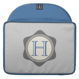 Monograma, azul, manga gris de Macbook Fundas Para Macbooks