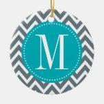 Monograma azul y gris ciánico del personalizado de adorno navideño redondo de cerámica