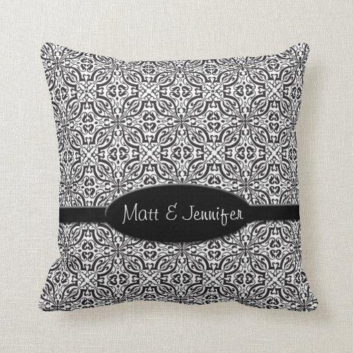 Monograma barroco negro elegante del damasco almohada