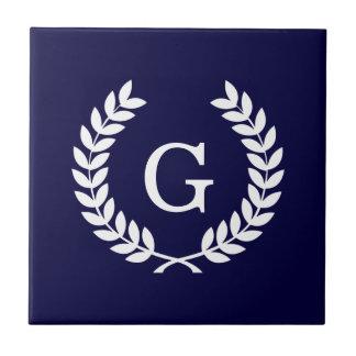 Monograma blanco de la inicial de la guirnalda del tejas  cerámicas