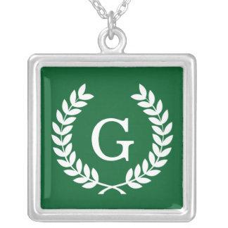 Monograma blanco de la inicial de la guirnalda del collar personalizado
