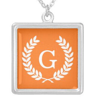 Monograma blanco de la inicial de la guirnalda del joyeria personalizada