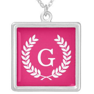 Monograma blanco de la inicial de la guirnalda del collares personalizados
