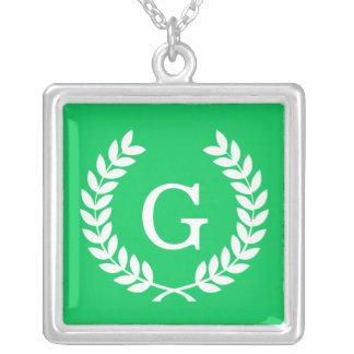 Monograma blanco esmeralda de la inicial de la collares