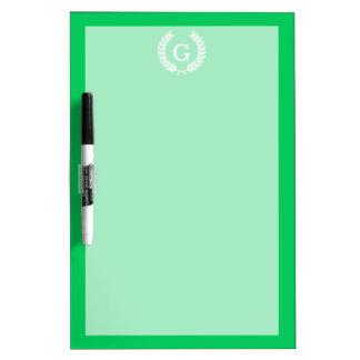 Monograma blanco esmeralda de la inicial de la pizarra blanca
