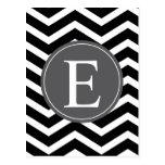 Monograma blanco negro del gris de Chevron Tarjetas Postales