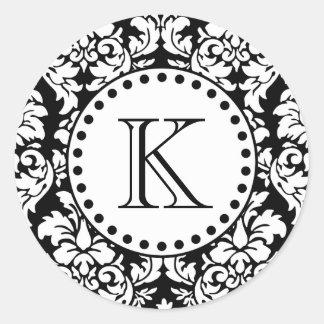 Monograma blanco negro del modelo del damasco pegatina redonda