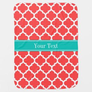 Monograma blanco rojo coralino del nombre del manta de bebé