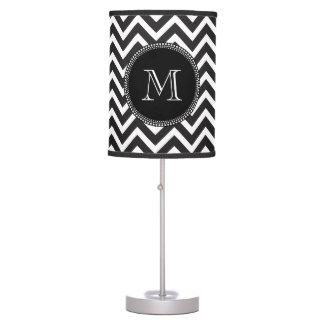 Monograma blanco y negro clásico elegante Chevron Lámpara De Escritorio