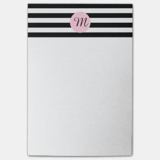 Monograma blanco y negro con el rosa rayado nota post-it®