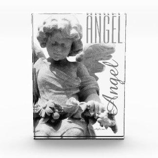 Monograma blanco y negro del ángel de guarda