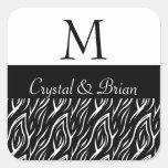 Monograma blanco y negro del boda de la llama de calcomania cuadradas
