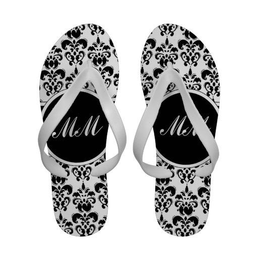 Monograma blanco y negro del damasco sandalias de playa