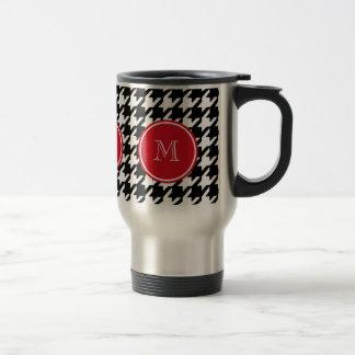Monograma blanco y negro del rojo de Houndstooth Taza De Viaje
