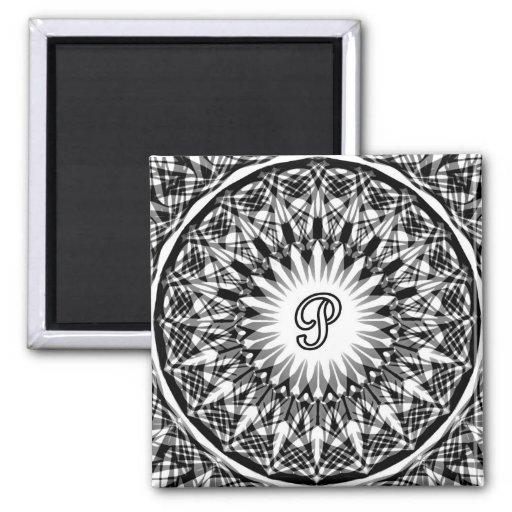 Monograma blanco y negro P de la flor de la estrel Imán Cuadrado
