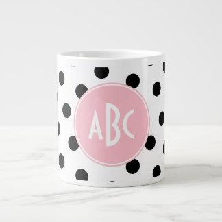 Monograma blanco y negro rosado de los lunares taza grande