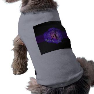 Monograma color de rosa púrpura camiseta de perrito