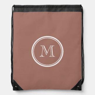 Monograma coloreado parte alta de bronce mochila